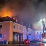 جشن  و  خوشحالی از آتش زدن اقامتگاه اسکان پناهجویان در سحرگاه روز یکشنبه در شهر باوتسن، در ایالت شرقی زاکسن آلمان