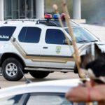 بومیان برزیل با تیر و کمان با پلیس درگیر شدند+ تصاویر