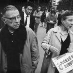 ویدئو لحظهی دستگیری ژان پل سارتر و سیمون دوبووار توسط پلیس فرانسه در حال پخش روزنامه