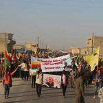 عکسی از راهپیمایی ساکنین حومه کوبانی با خواست توقف کشتار کولبران کرد در ایران