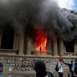معترضان ضد دولتی گواتمالا ساختمان کنگره را آتش زدند+ویدئو